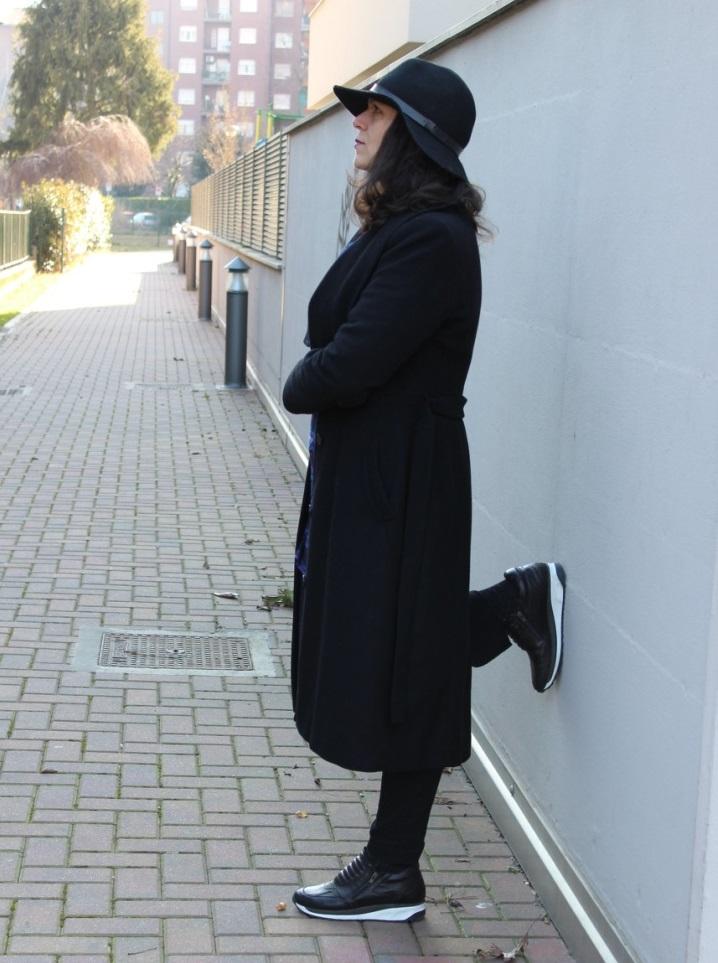 abbinamento sneakers e cappotto